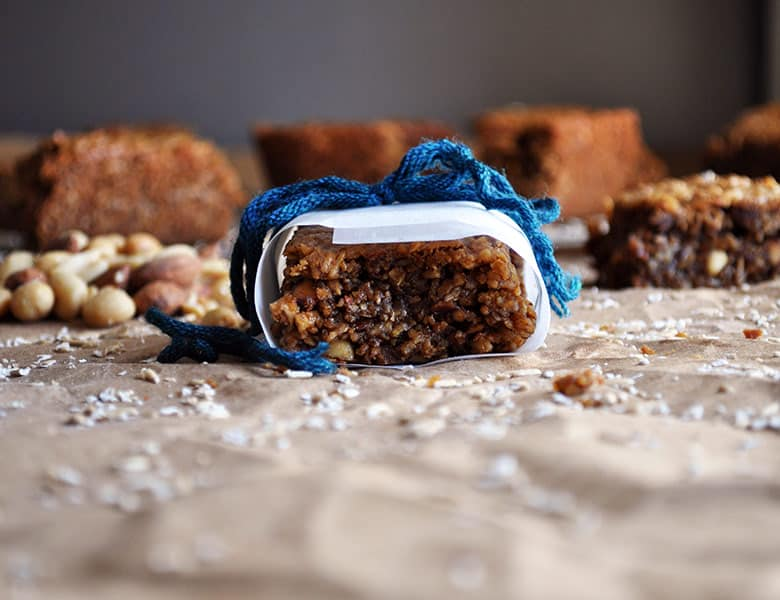 Breakfast Bars with Peanut Butter, Oatmeal and Almonds. Healthy peanut butter breakfast bars. | ofbatteranddough.com